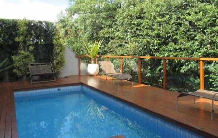 Imagem de piscina de uma das casas do condomínio fechado em Londrina